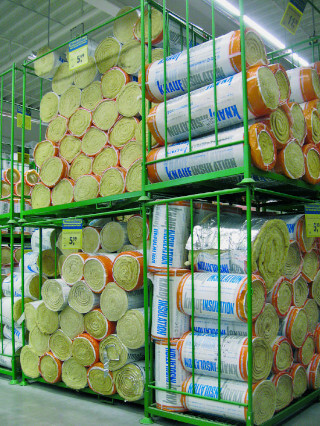 Befüllte Dämmstoffpaletten im Baumarkt