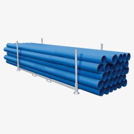 Blaue Kunststoffrohre in Rohrgestell