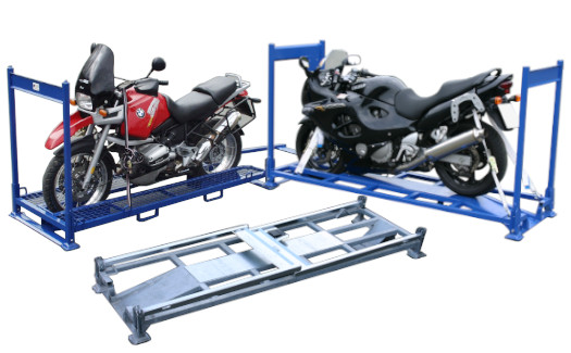 Diverse teilweise beladene Motorrad-Transportgestelle